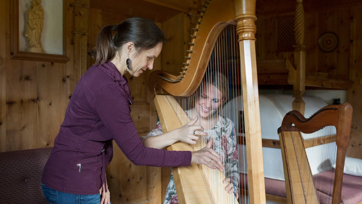 Annemarie Fritz est professeure de musique et donne à ses hôtes des cours de harpe, © Tirol Werbung/Lisa Hörterer