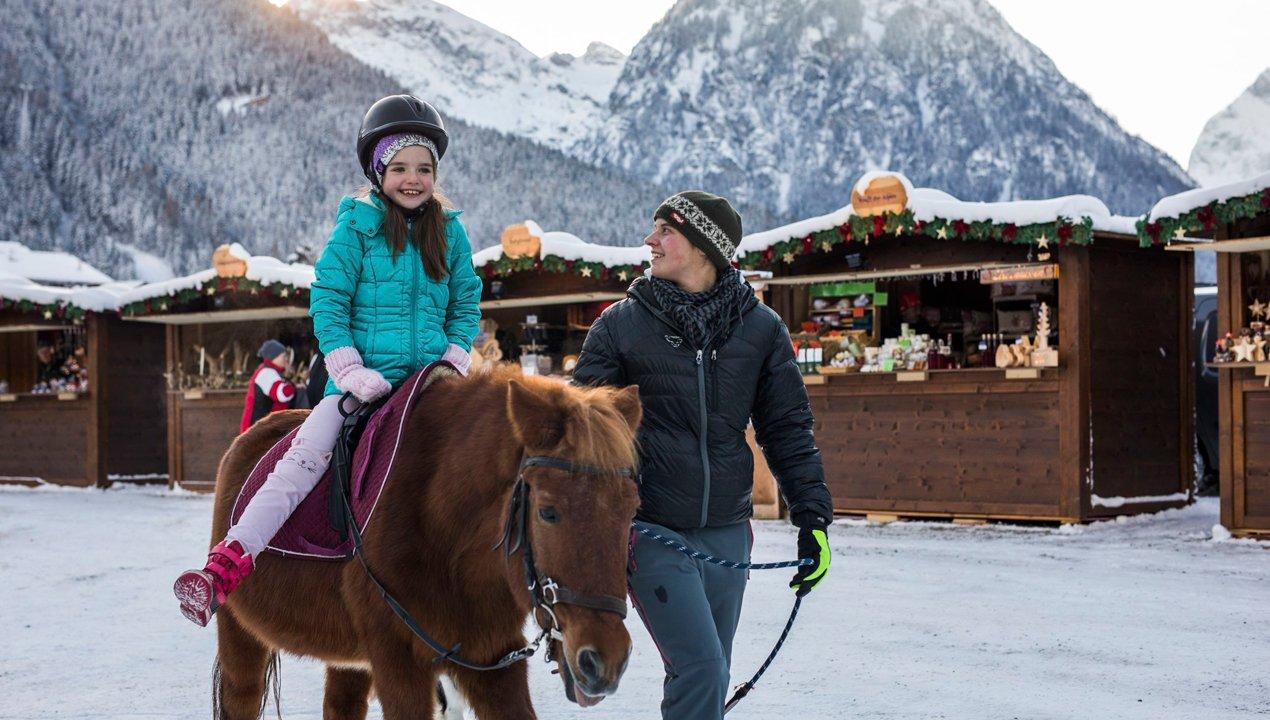 Tour à dos de poney au marché de Noël de Pertisau, © Tirol Werbung/Michael Grössinger