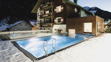 Piscine extérieure de l'hôtel Schwarzer Adler, St. Anton, © Hotel Schwarzer Adler