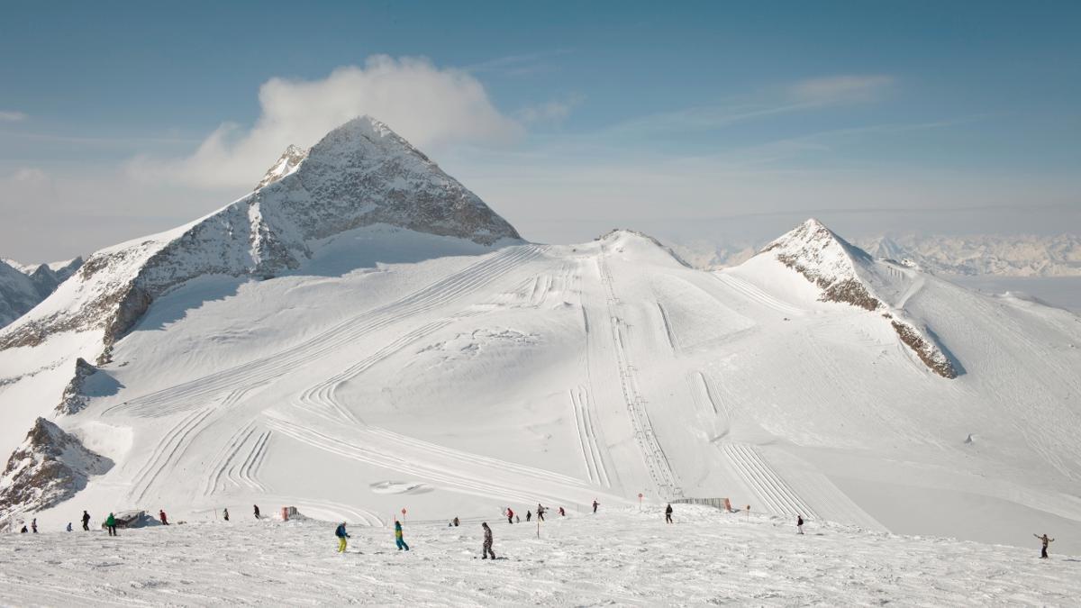 L'Olperer, culminant à 3 476 mètres, a une forme en pyramide qui ne passe pas inaperçue. Sur son versant nord, les skieurs du glacier de Hintertux s'adonnent tout au long de l'année aux joies de la glisse., © Tirol Werbung/Regina Recht