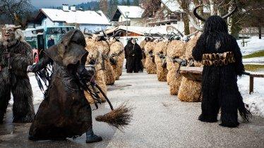 Mise en scène avec différents personnages lors d'une parade de Krampus dans l'Unterland tyrolien, © Lea Neuhauser