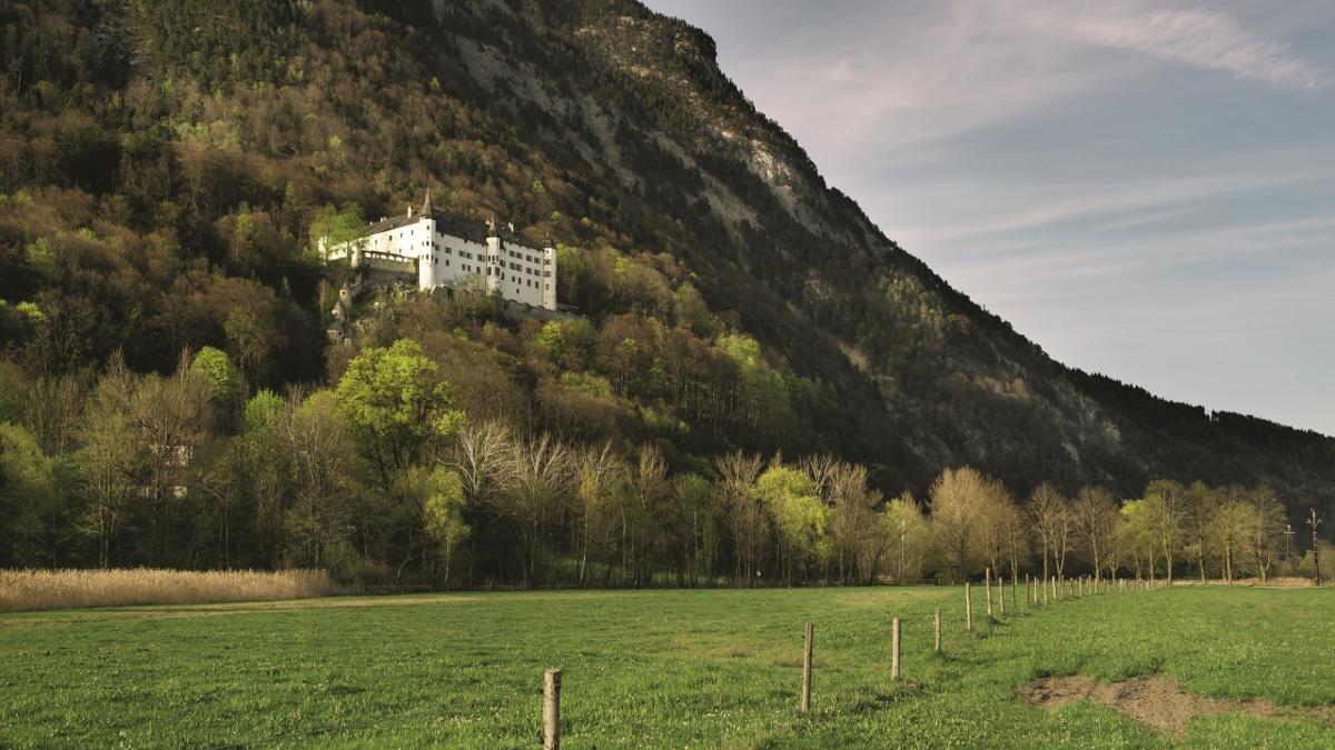 Découvrir un véritable château de la Renaissance au cours d'une passionnante visite de conte de fées : c'est ce qui est proposé aux visiteurs du château de Tratzberg. Érigée il y a 500 ans sur un piton rocheux à l'ouest de Jenbach, cette résidence seigneuriale est bien conservée et dispose encore de son mobilier d'époque., © Tirol Werbung/Frank Bauer