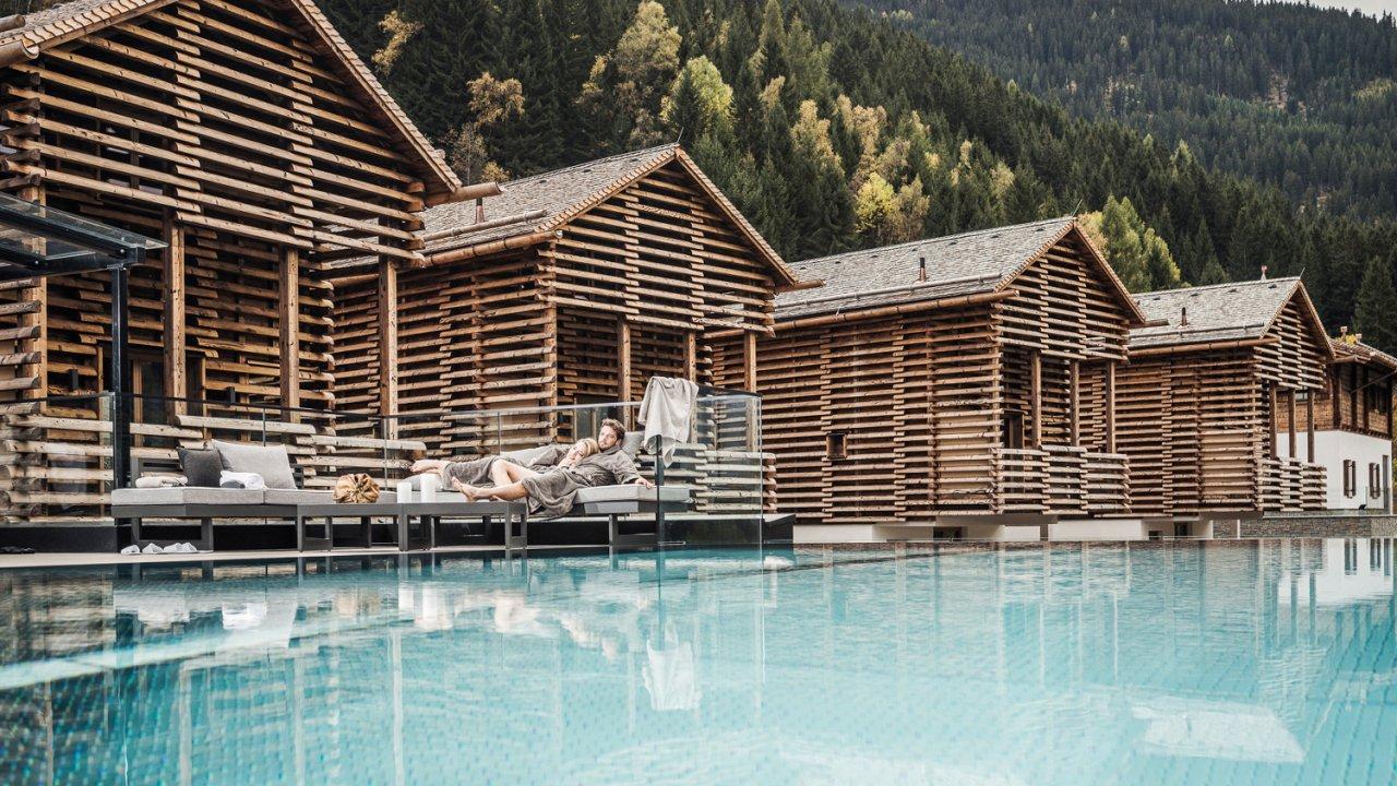 Piscine infinie de l'hôtel Stadldorf Bergwiesenglück à See (Paznaun), © Stadldorf Bergwiesenglück