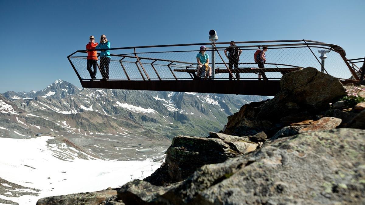 Vous êtes bien échauffés, ayant pratiqué à l'envi le ski ou la randonnée ? Alors 232 marches à gravir ne vous feront pas peur. Un effort récompensé par le « Top of the Tyrol », que le magazine GEO classe parmi les dix plus beaux points de vue du monde., © Mirja Geh
