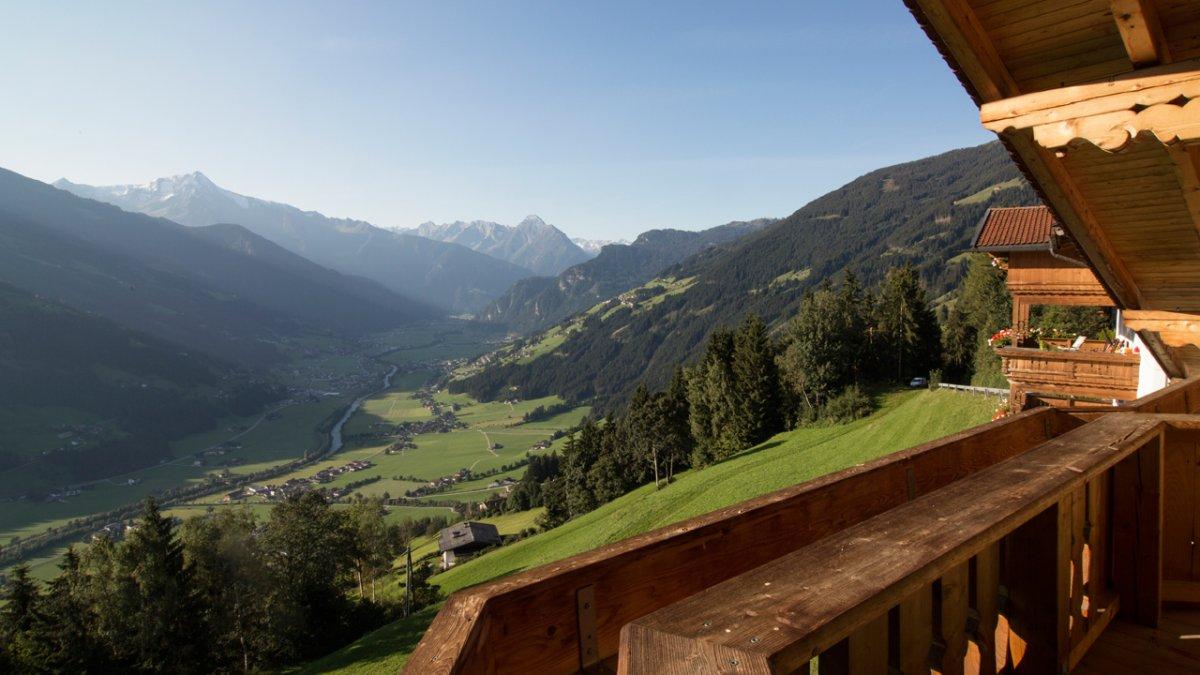 On profite depuis le balcon de la vue donnant généreusement sur les vallées de Zillertal et Gerlostal, © Tirol Werbung/Lisa Hörterer