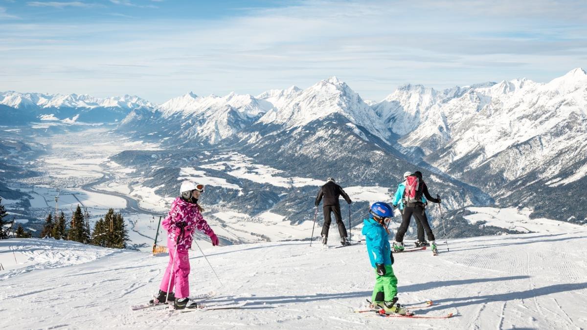 Bien loin des usines à ski, les petits domaines skiables de Kellerjoch, Kolsassberg et Stans offrent un cadre et une ambiance parfaits pour les débutants, les familles et les skieurs qui privilégient le plaisir. Les 1 900 mètres d'altitude de Kellerjoch lui permettent de jouir d'un enneigement garanti, magnifique vue panoramique comprise., © Silberregion Karwendel
