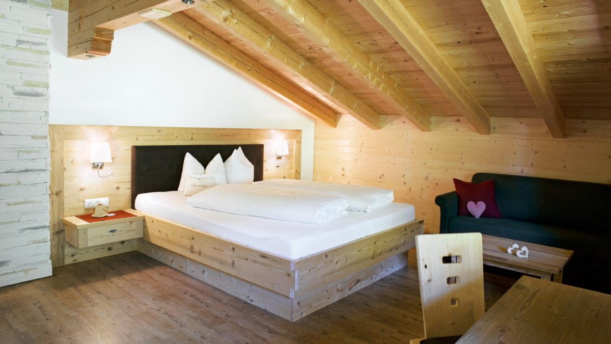 Dans les chambres à coucher, le pin cembre sent bon et améliore la qualité du sommeil, © Tirol Werbung/Lisa Hörterer