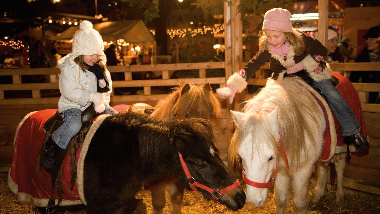 Balade en poney au marché de Noel d'Innsbruck, © Tirol Werbung/Laurin Moser