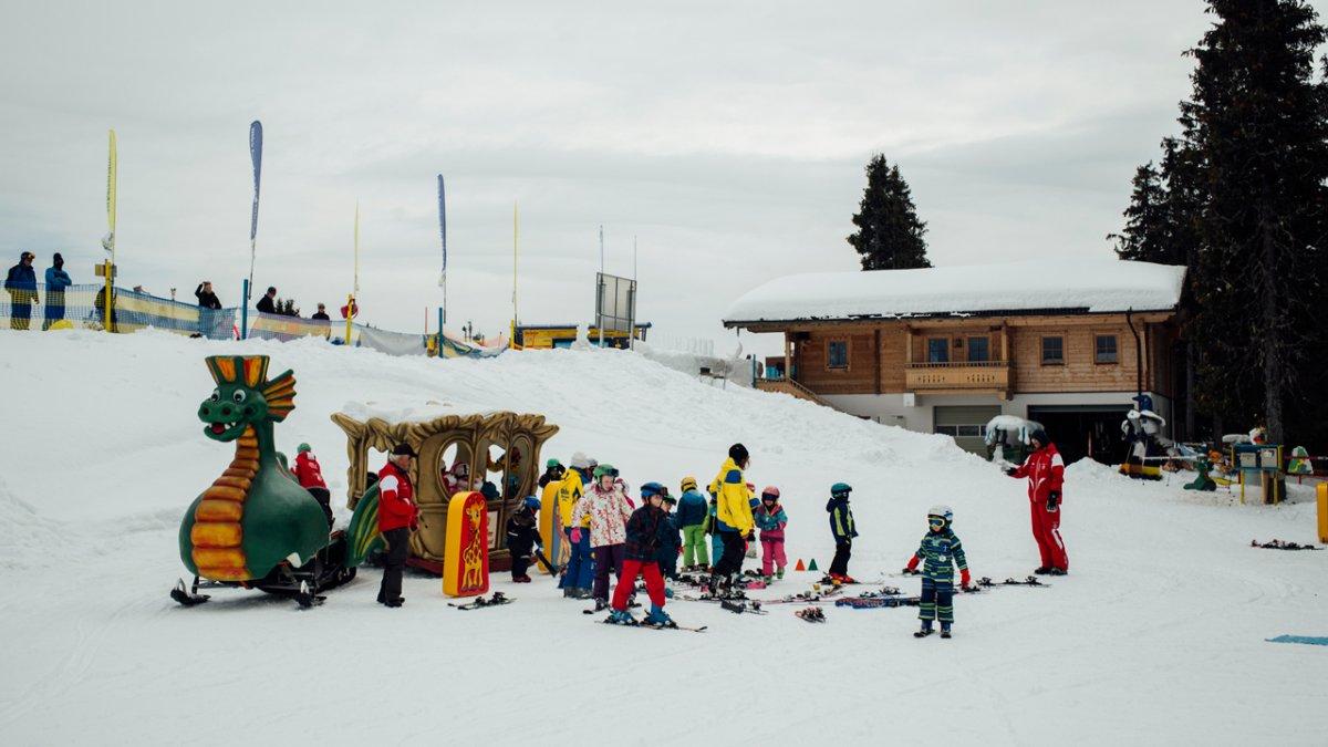 Les skieurs en herbe les plus jeunes peuvent s'amuser et découvrir de nouvelles choses, aussi en-dehors des pistes., © Tirol Werbung/Fritz Beck