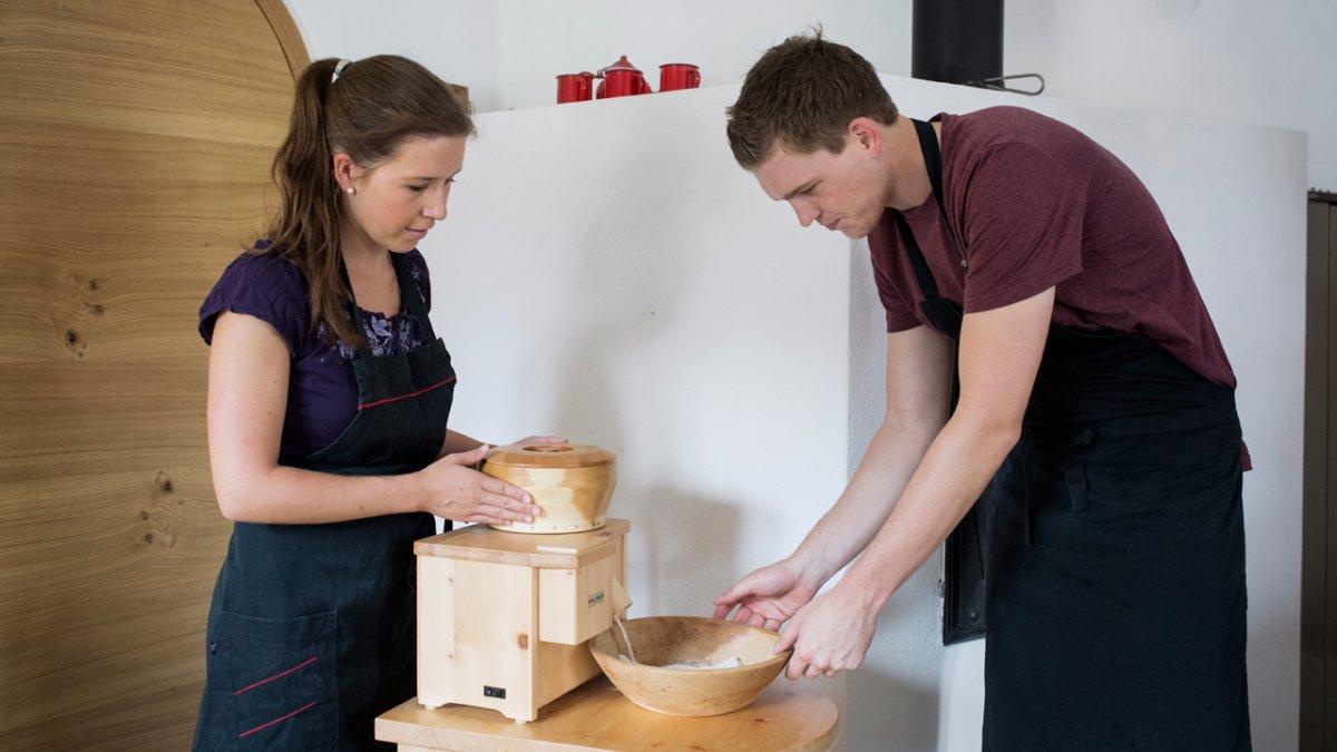 Lors des séances de préparation du pain de Margit Aigner, on fait soi-même la farine, © Tirol Werbung/Lisa Hörterer