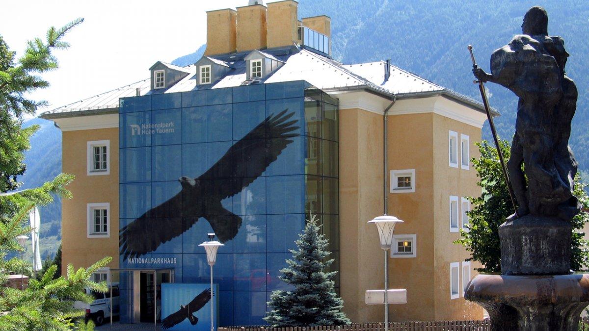 Ce n'est pas par hasard si un aigle royal est symbolisé sur la maison du parc. A l'intérieur vous sont présentés de manière intéractive les caractéristiques de la plus grande réserve naturelle d'Autriche., © Nationalpark Hohe Tauern/Gruber