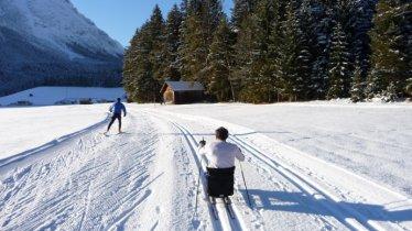 Ski de fond assis au piste de fond Scharnitz Bodenalm, © Olympiaregion Seefeld
