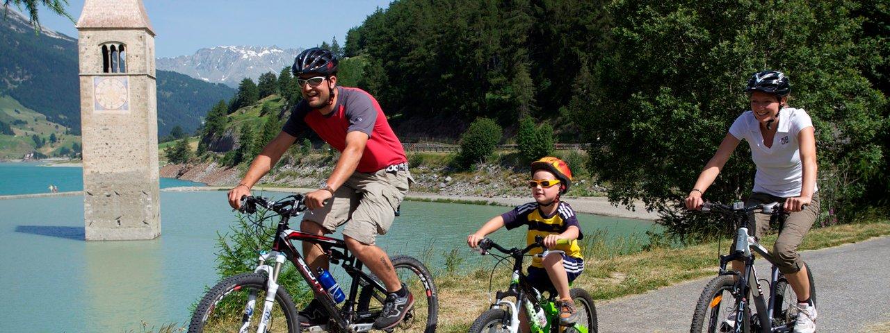 A vélo en famille autour du lac de Reschensee, © Martin Lugger