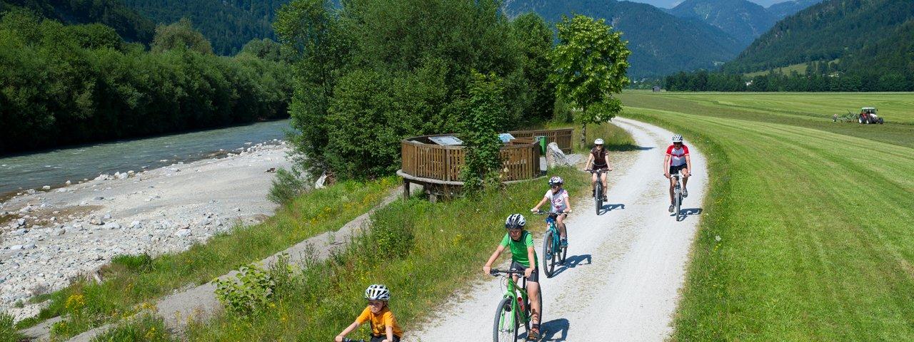 Excursion à vélo en famille sur la piste cyclable Flusserlebnisweg, © Franz Gerdl
