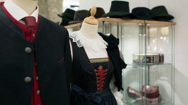 Les costumes traditionnels à la mode de Tiroler Heimatwerk, © Tirol Werbung/Lisa Hörterer
