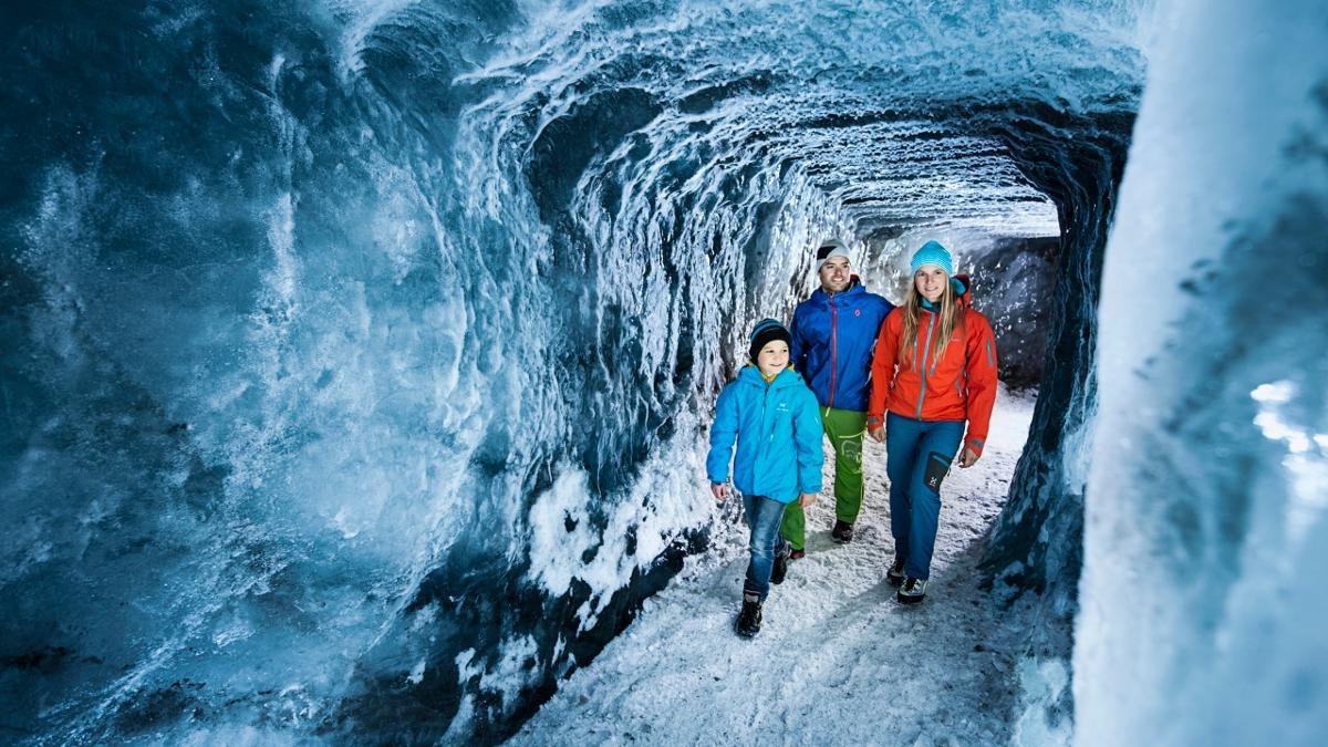 Vous savez ce que c'est, le « lait des glaciers » ? Vous vous y connaissez en protection des glaciers ? Dans la grotte de glace, les petits et les grands découvrent tout ce qu'on sait de la neige éternelle., © Stubaier Gletscher/Andre Schönherr