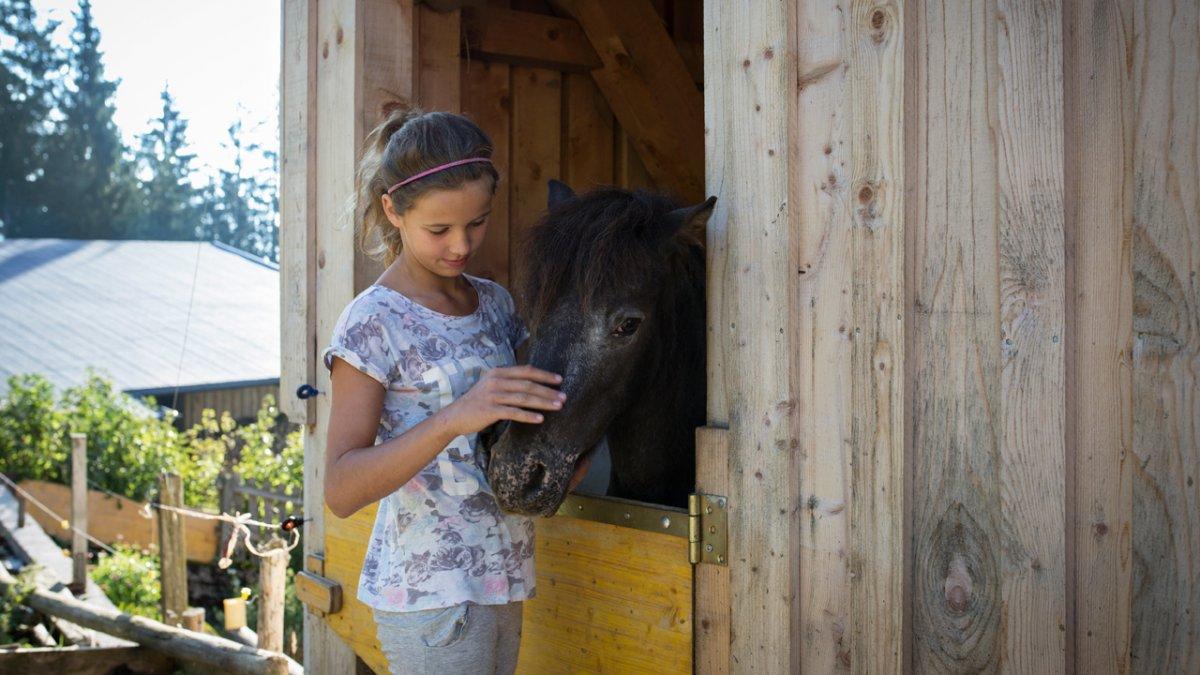 Complicité avec le poney, © Tirol Werbung/Lisa Hörterer