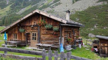 Une maison en bois pittoresque plantée dans un décor montagneux époustouflant : bienvenue dans les alpages tyroliens. , © Tirol Werbung/Koopmann Jörg