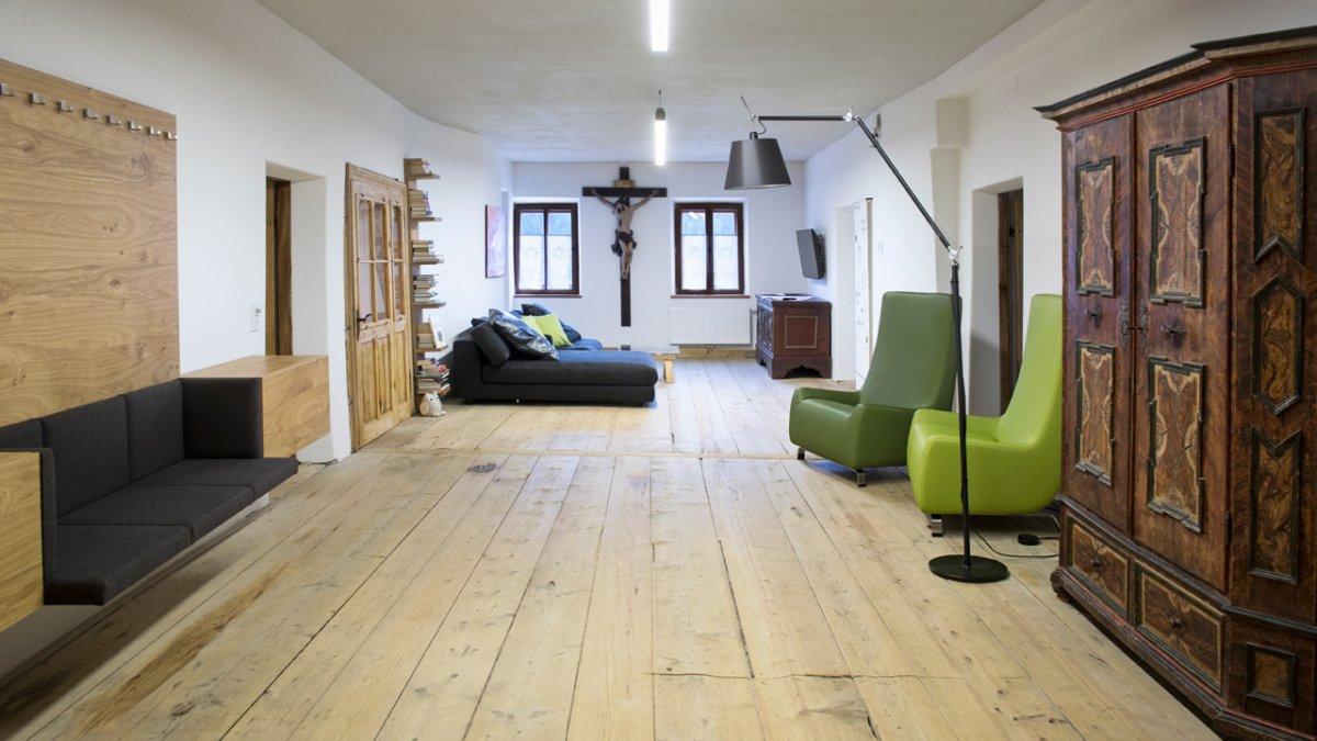 Les meubles d'époques et de styles pourtant différents s'accordent parfaitement entre eux, © Tirol Werbung/Lisa Hörterer