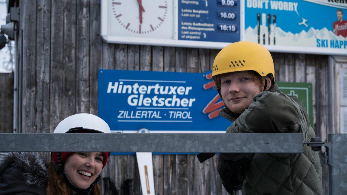 Ed Sheeran et l'actrice Zoey Deutch pendant le tournage sur le glacier d'Hintertux, © Dan Curwin