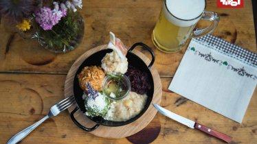 Assiette Knödeltris : assortiment de spécialités tyroliennes, © Tirol Werbung / Bert Heinzlmeier