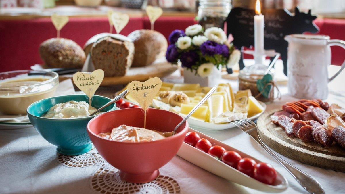 Quel plaisir de trouver au réveil un tel petit-déjeuner déjà prêt, © Tirol Werbung/Lisa Hörterer