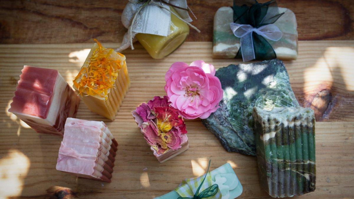 La fabrication maison de savons naturels est la grande spécialité de l'hôte, © Tirol Werbung/Lisa Hörterer