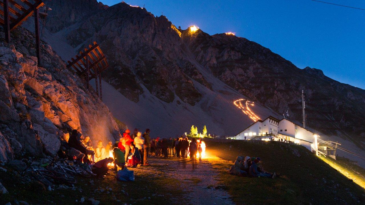 Les feux du solstice d'été sur la Nordkette qui domine Innsbruck, © Innsbrucker Nordkettenbahnen