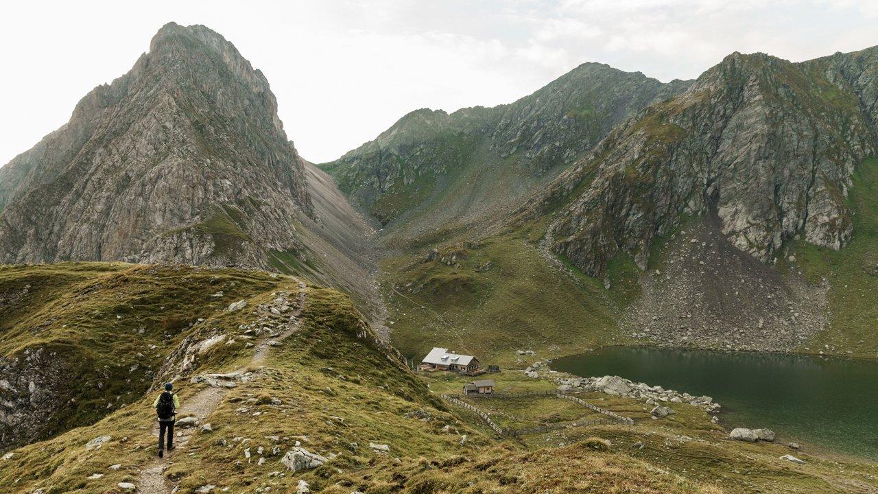 L'auberge Obstanserseehütte et le lac du même nom