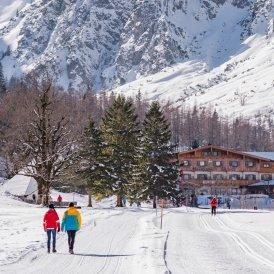Randonnée hivernale vers une auberge de montagne, © Achensee Tourismus