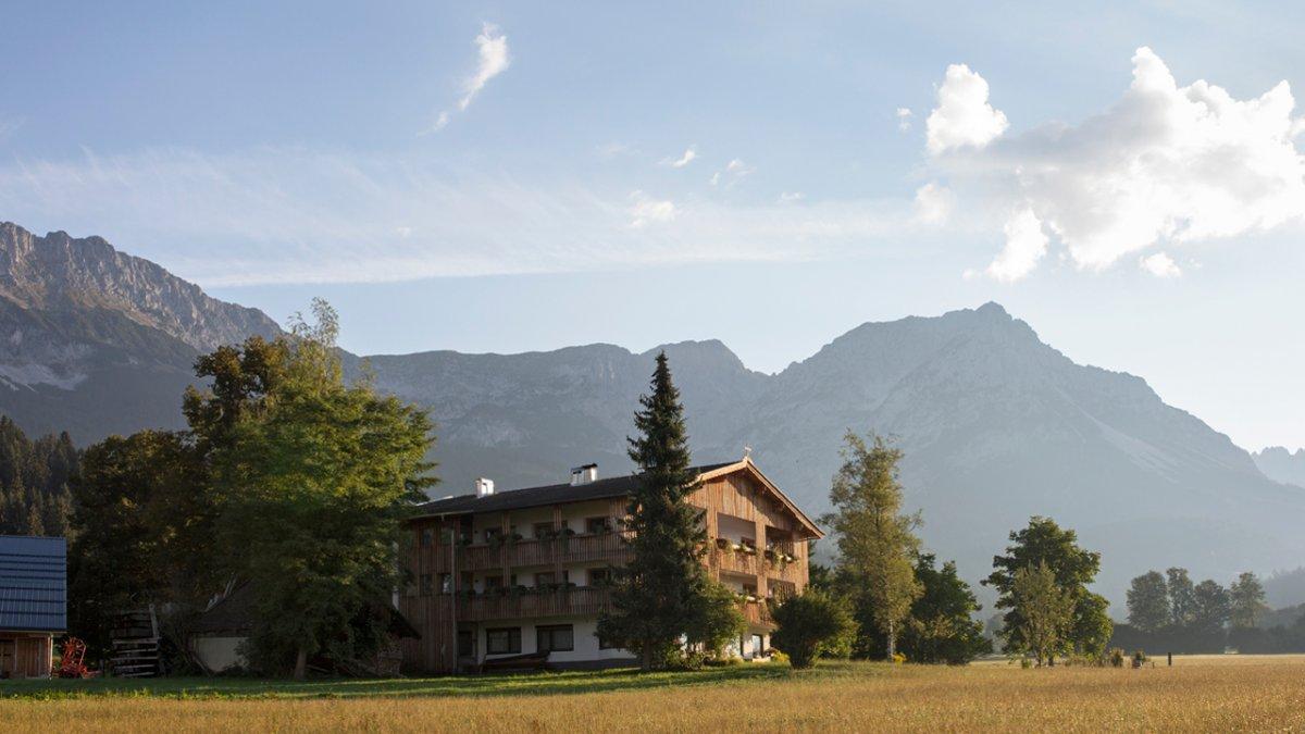 La Wilder Kaiser veille sur la ferme Lindenhof et ses pâturages, © Tirol Werbung/Lisa Hörterer