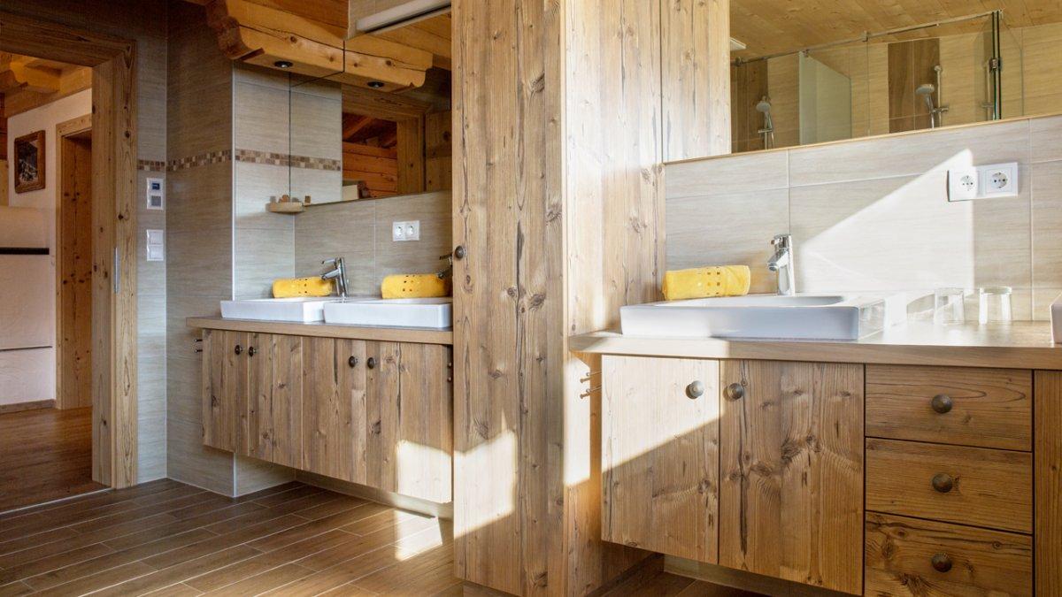 "La salle de bain de la suite ""Zillertal Alm"", © Tirol Werbung/Lisa Hörterer"