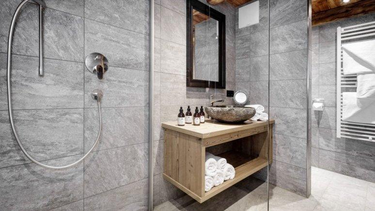 Salle de bain du Leni Mountain Chalet, © Leni Mountain Chalet