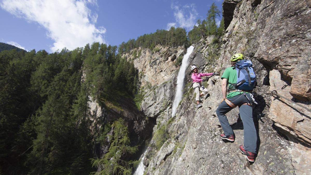 Des itinéraires de randonnée et de course que l'on peut emprunter aussi en hiver, de longs parcours de VTT ou de ski de fond, ou encore des voies d'escalade… À Längenfeld, celui qui veut avoir amplement mérité son moment de détente aux thermes n'a que l'embarras du choix (à l'image : la via ferrata « Lehner Wasserfall »)., © Ötztal Tourismus/Bernd Ritschel