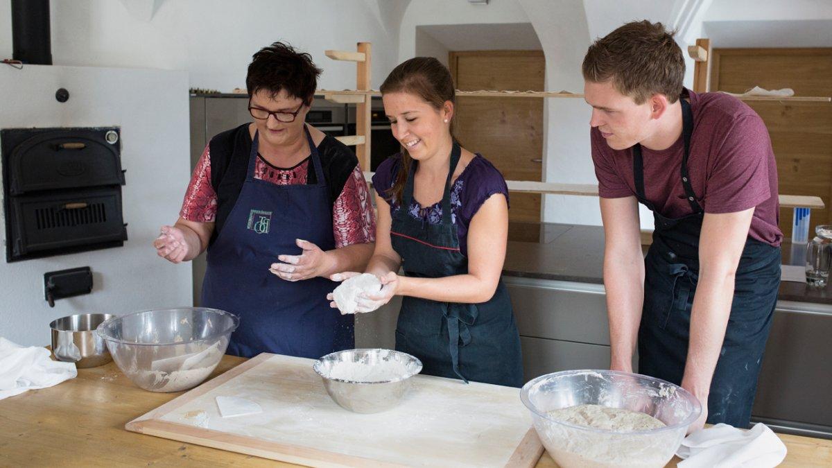 Cours de cuisine par une cuisinière professionnelle qui est aussi l'hôte!, © Tirol Werbung/Lisa Hörterer
