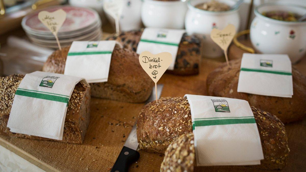 Annelies Paulweber fait du pain maison à ses hôtes, © Tirol Werbung/Lisa Hörterer