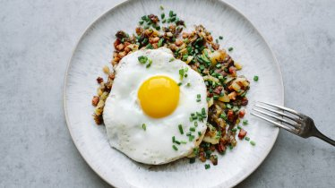 Tiroler Gröstl, délicieuse spécialité culinaire, © Tirol Werbung/ Kathrin Koschitzki